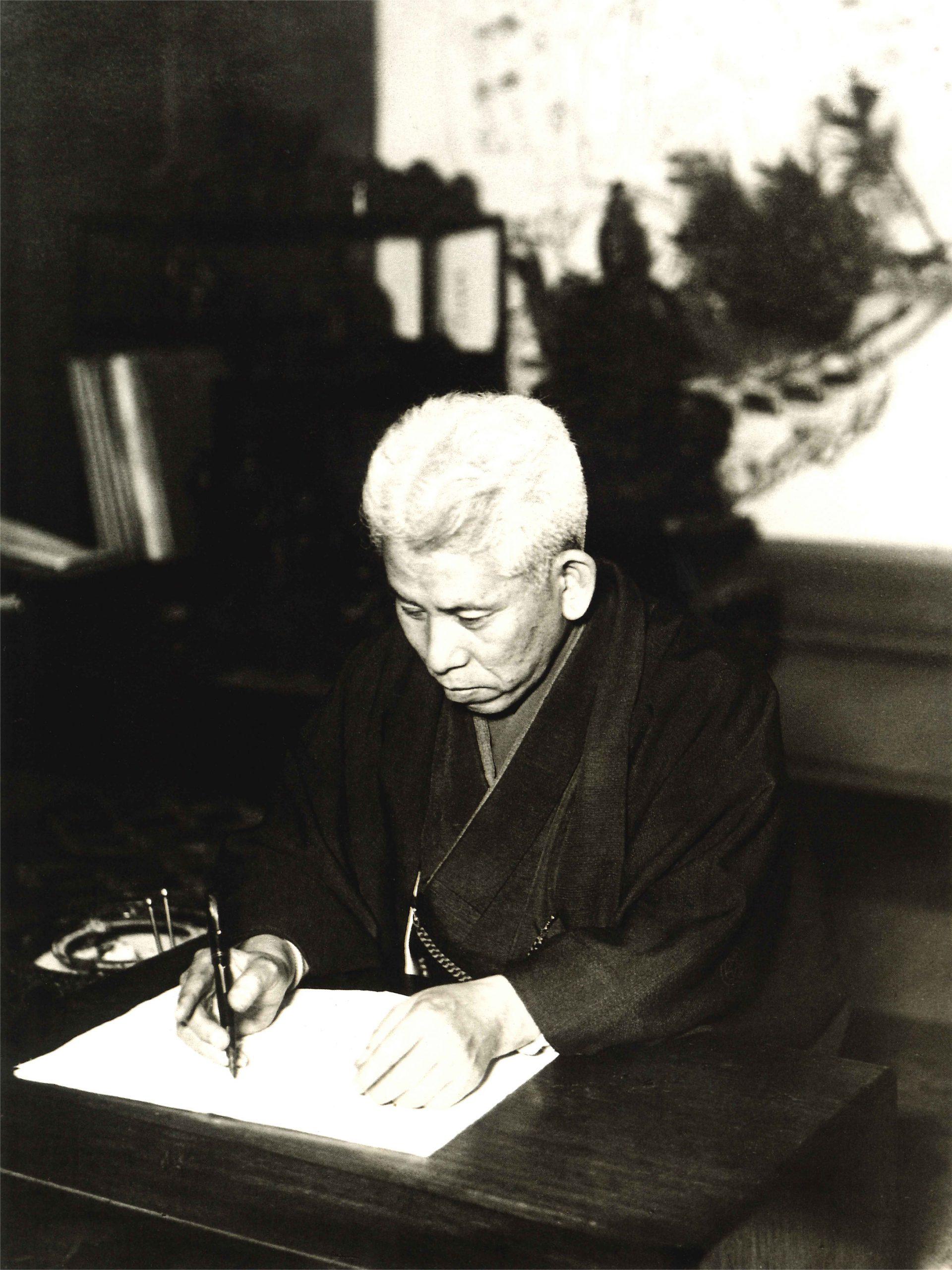 東京半蔵門の応神堂で原稿を添削する教祖
