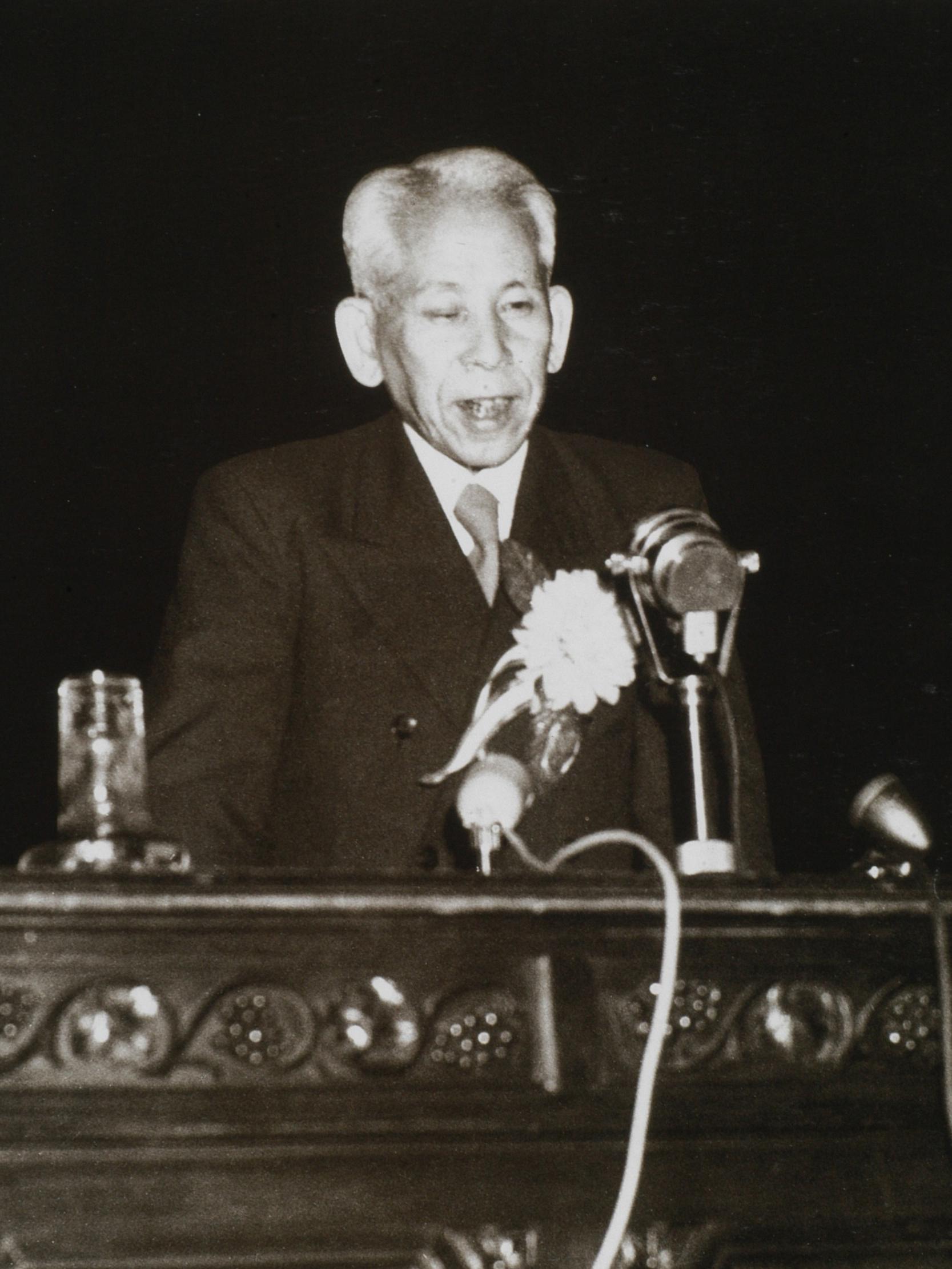 真の文明世界について情熱をこめ講演する(東京日比谷公会堂昭和26年5月22日)