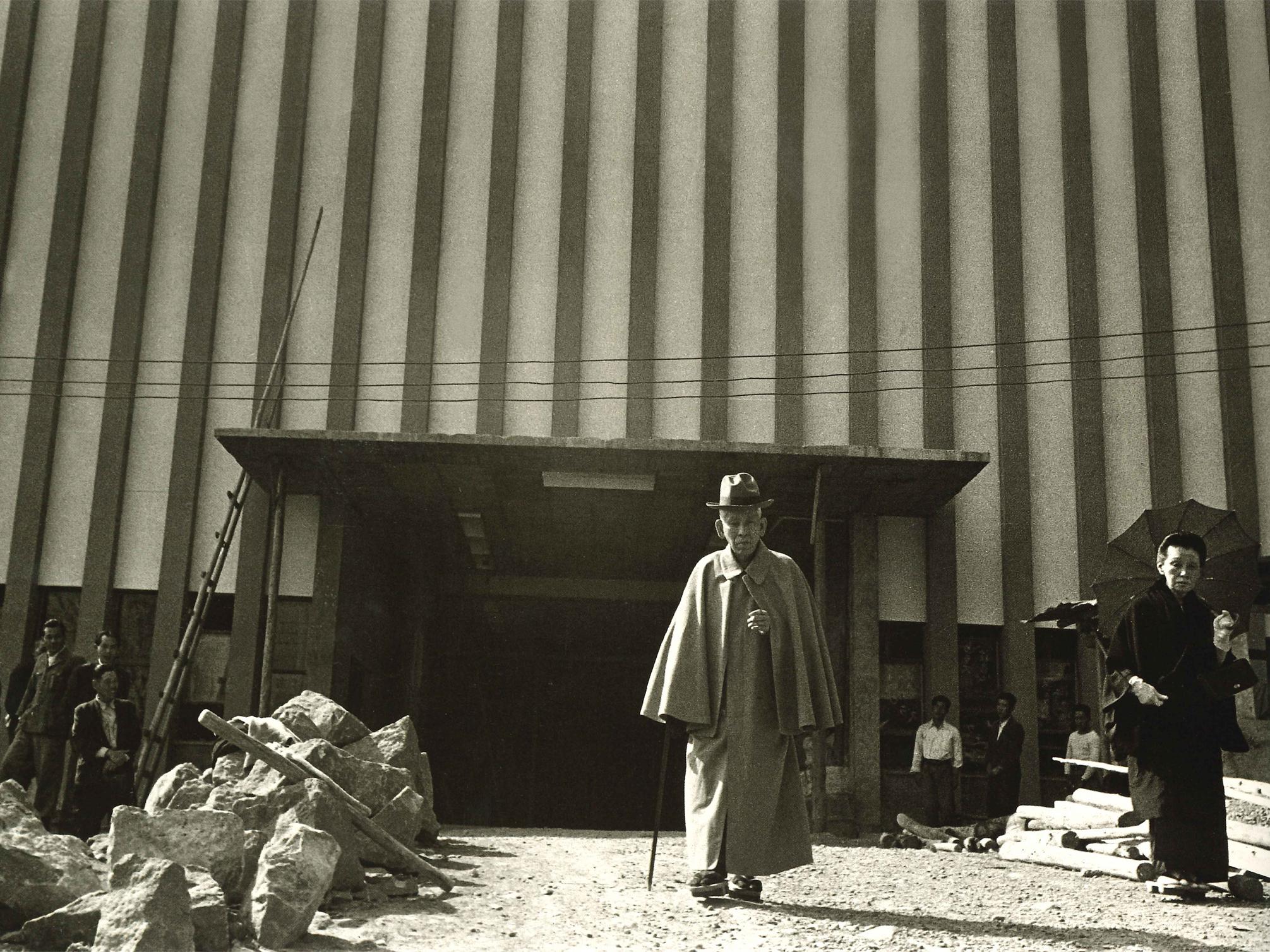 旧救世会館前の教祖(昭和29年4月3日)